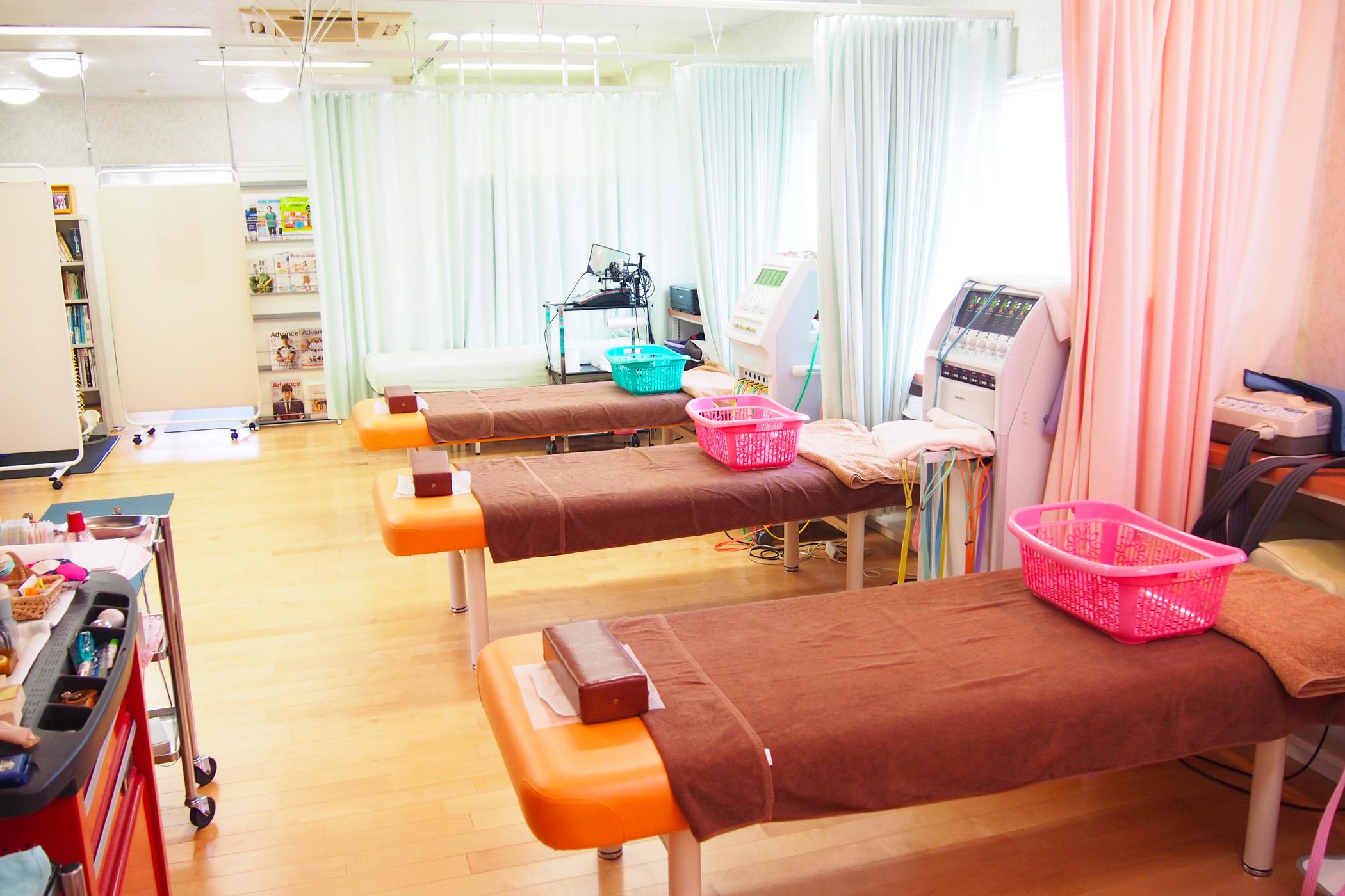 施術ベッドはそれぞれカーテンで仕切られています。